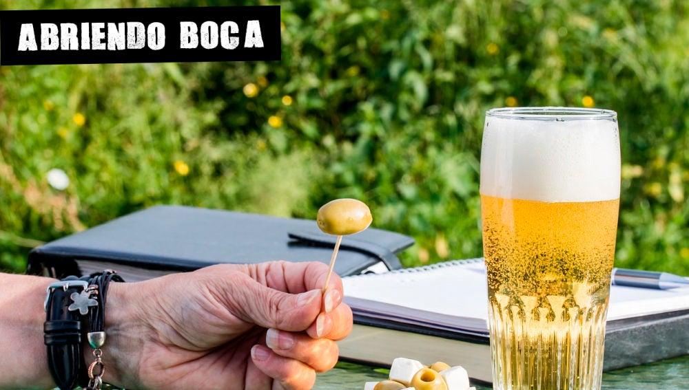 Imagen de archivo de cerveza y aceitunas