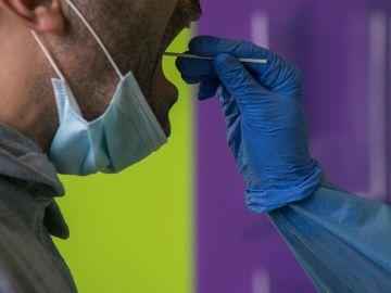 Una sanitaria toma muestras de un paciente