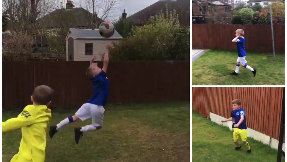 Un niño imita a los grandes cracks del fútbol