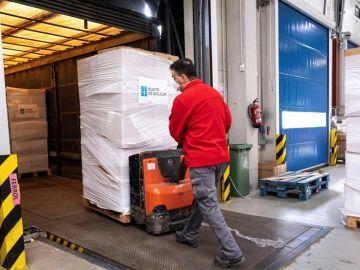 Imagen facilitada por la Xunta de Galicia de un operario transportando parte de las mascarillas adquiridas por la Xunta la pasada semana.