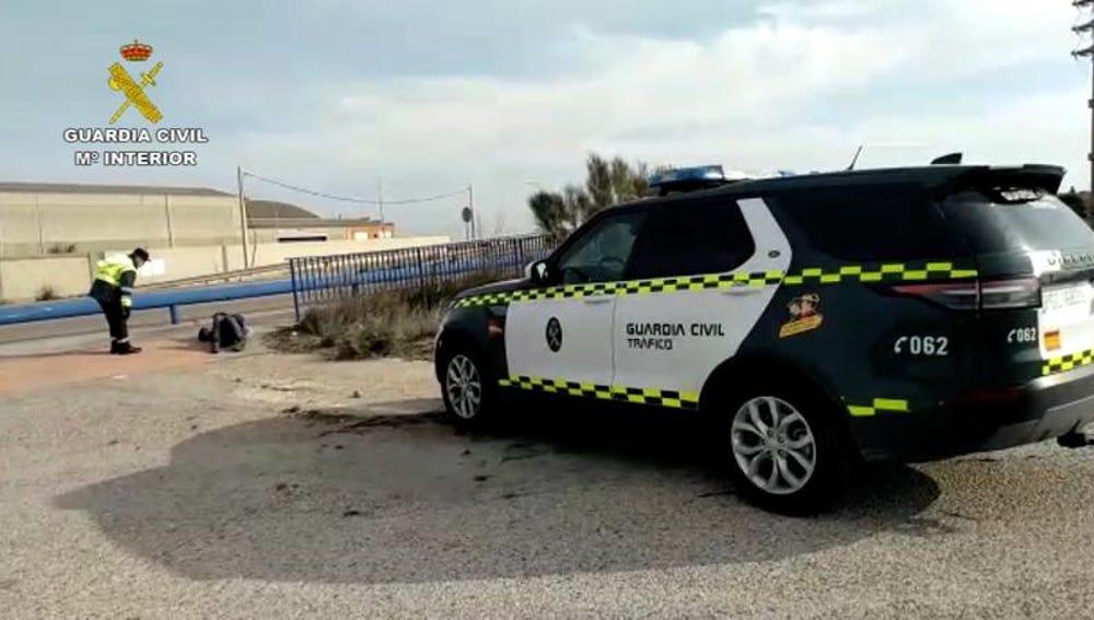 La Guardia Civil auxilia en la carretera a un sin hogar con coronavirus.