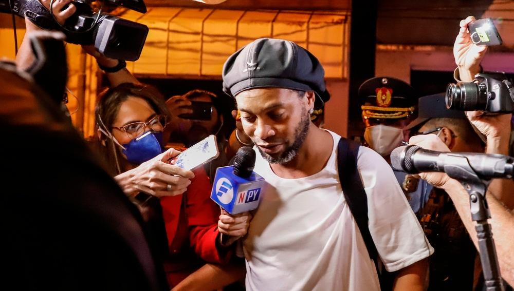 Ronaldinho abandona la cárcel.