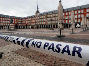 Precinto policial en la Plaza Mayor de Madrid