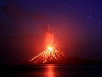 El volcán Anak Krakatau arroja lava durante una erupción