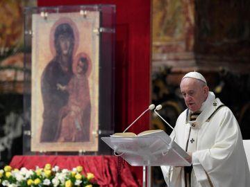 El papa Francisco durante la misa del Domingo de resurrección celebrada a puerta cerrada