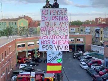 """El emotivo mensaje de los bomberos de Usera a sus vecinos: """"Pensad en los años que nos quedan por vivir"""""""