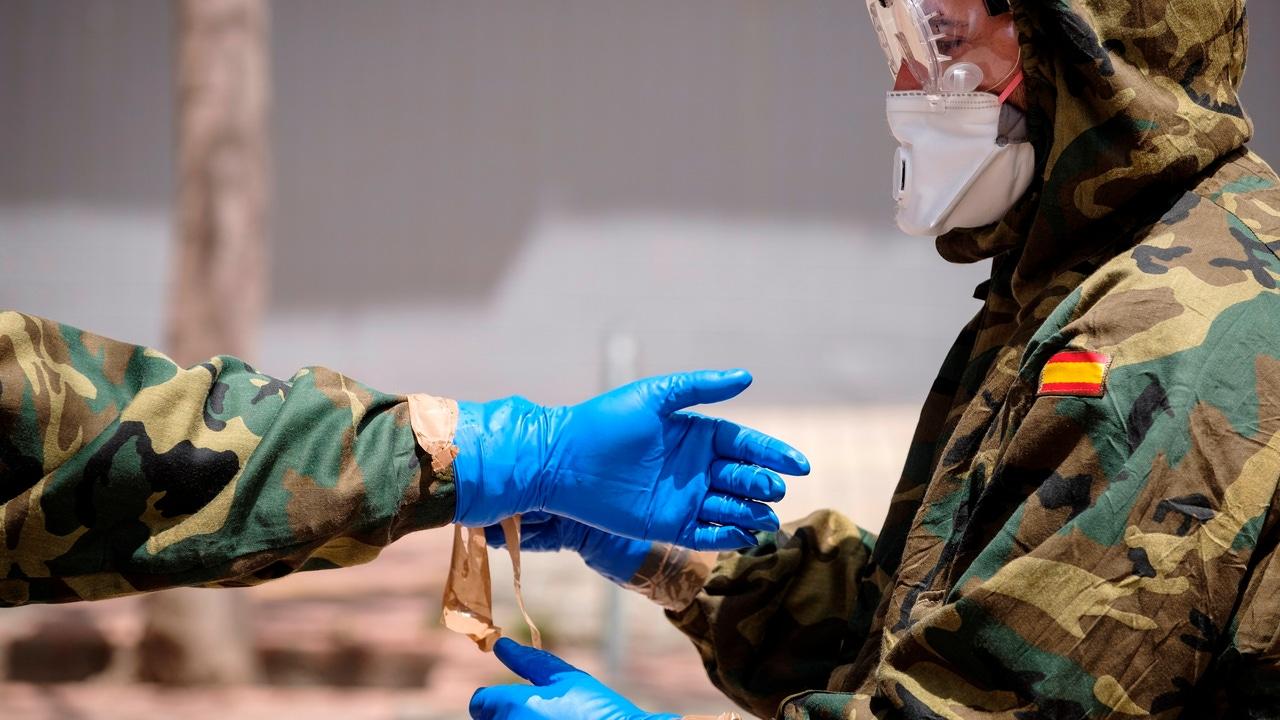 Efectivos del Ejército de Tierra realizando labores de desinfección en el centro de salud de Canalejas, en Las Palmas de Gran Canaria