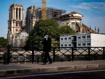 Imagen de un hombre andando en pleno confinamiento por coronavirus en París, Francia