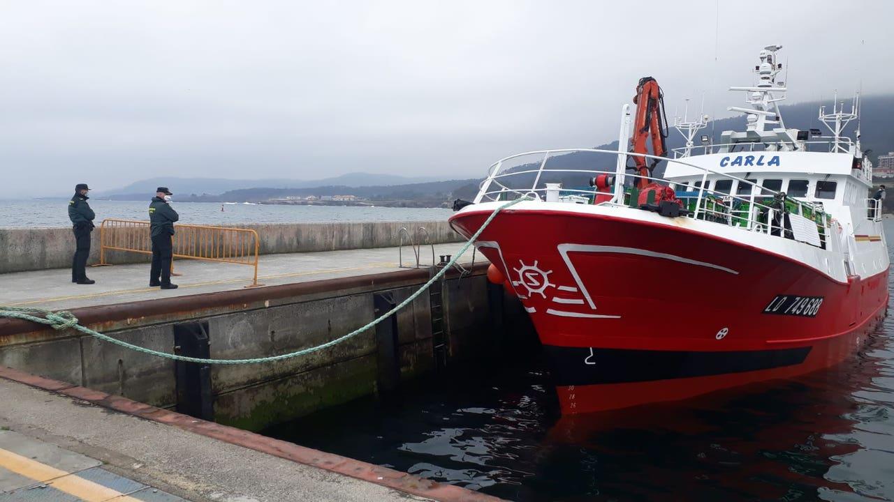 La Guardia Civil custodia el pesquero 'Carla' en el puerto de Burela.
