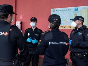 Agentes de la Policía Nacional, antes del reparto de mascarillas