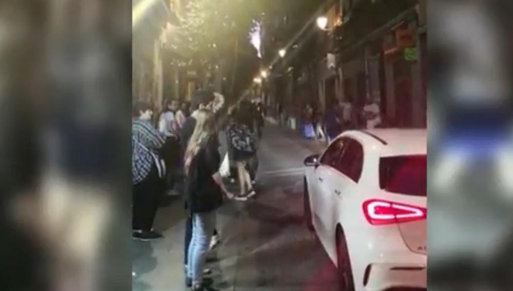 Imagen de vecinos de Malasaña en la calle pese al estado de alarma
