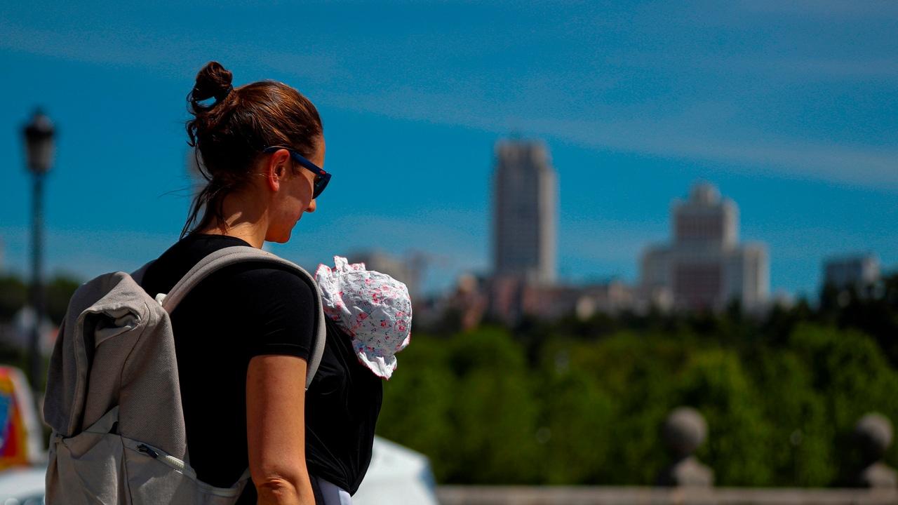 Una madre pasea con su bebé en Madrid durante el Día de la Madre