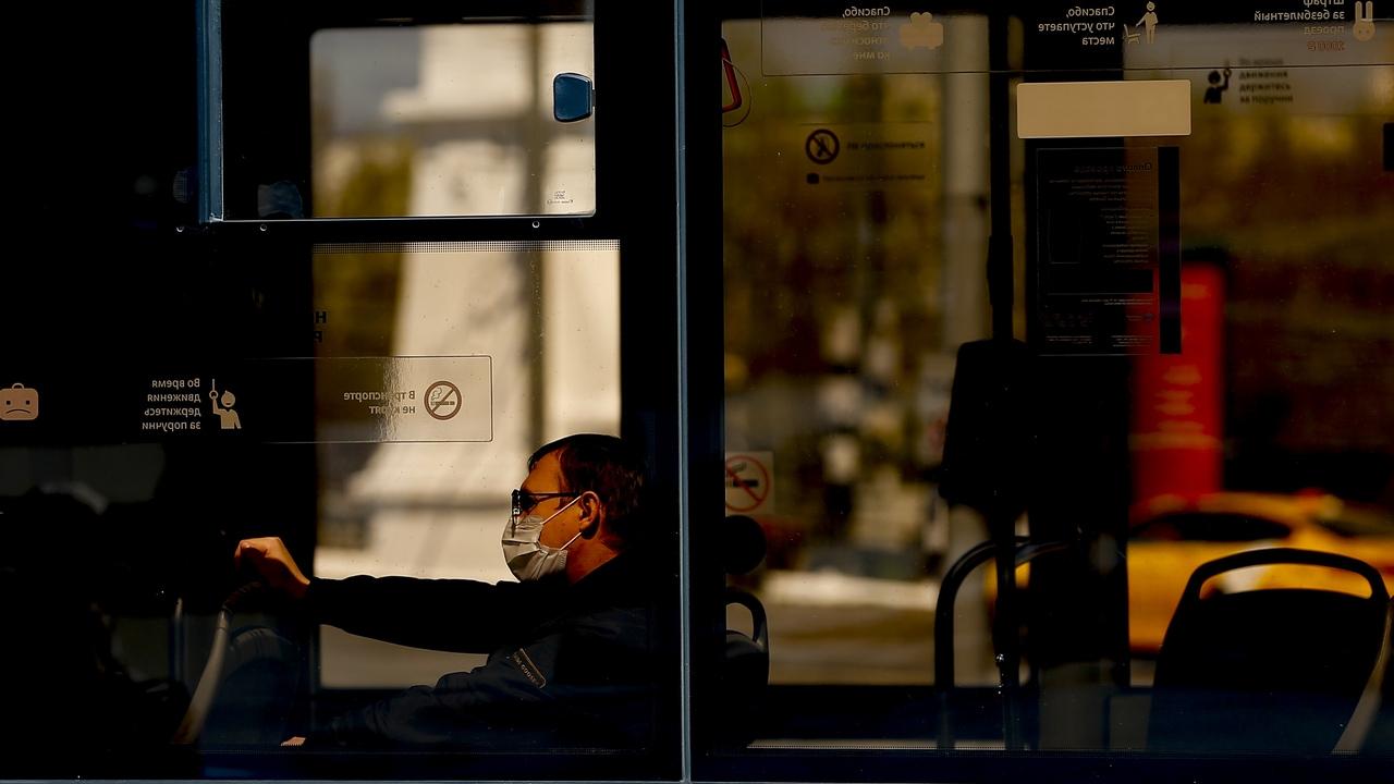 Un hombre viaja en transporte público en Moscú