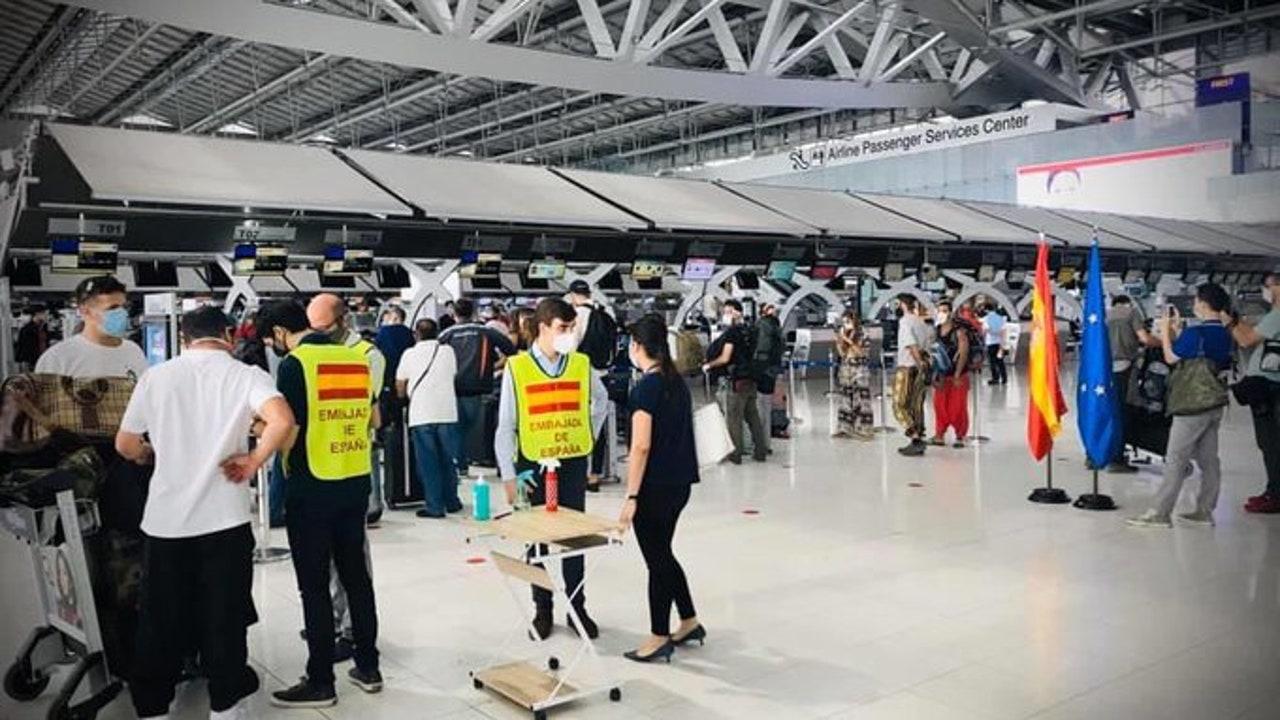 90 españoles partieron desde Bangkok en un vuelo con destino a Madrid