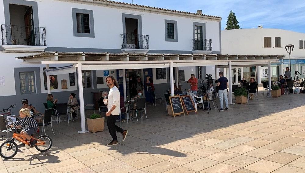 Uno de los bares abiertos en la localidad de Sant Francesc (Formentera)