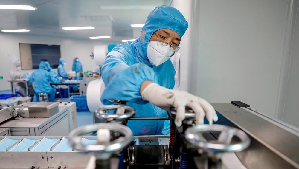 Un operario chino en un fábrica de mascarillas en Beijing