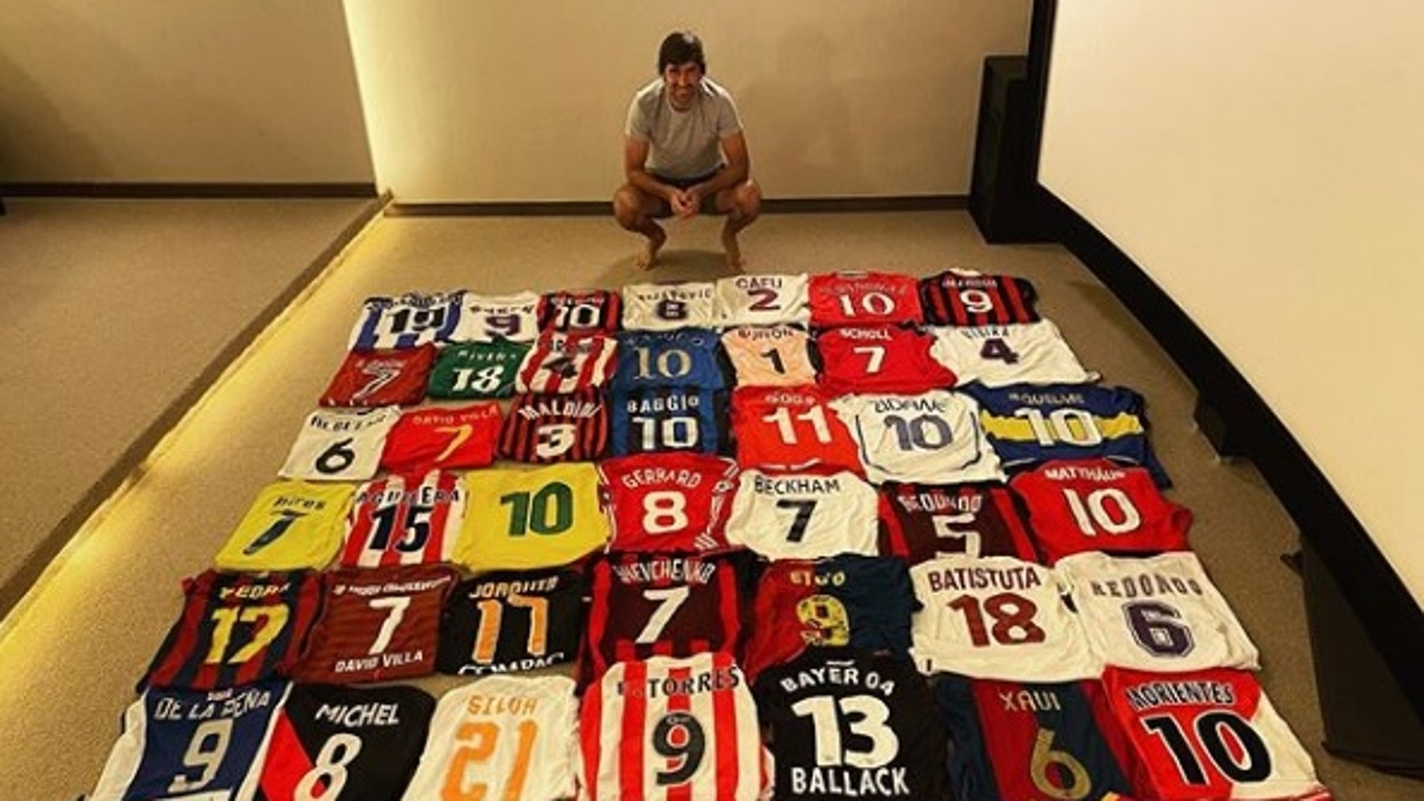 Raúl posa con sus camisetas.