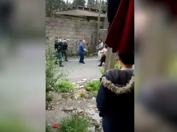 Los vecinos del poblado de O Vao reciben con piedras a la Policía.