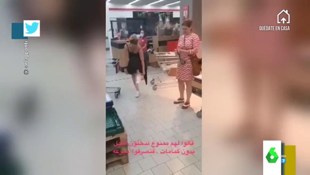 Varias jóvenes se quitan las bragas para usarlas como mascarillas en el supermercado