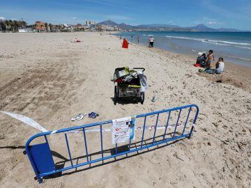 Separación en la playa en la frontera entre Alicante y El Campello