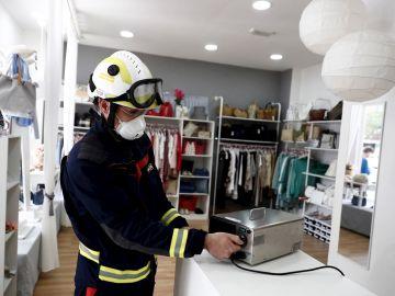 Un bombero manipula un aparato de ozono