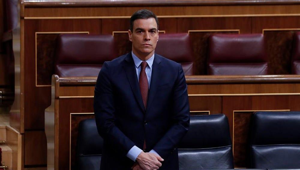 Pedro Sánchez guarda un minuto de silencio por las víctimas del coronavirus en el Congreso