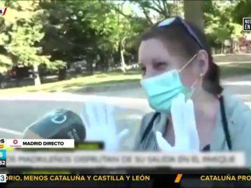 La medida más viral de la desescalada: una señora sale a la calle con los guantes de su boda para protegerse del coronavirus