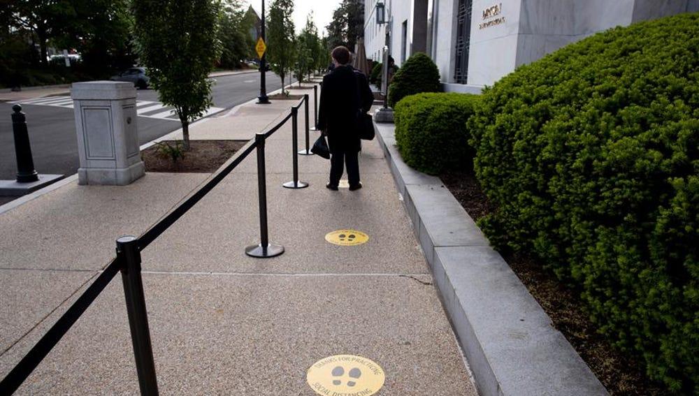 Señalización para mantener la distancia de seguridad durante la pandemia de coronavirus en Washington, EEUU