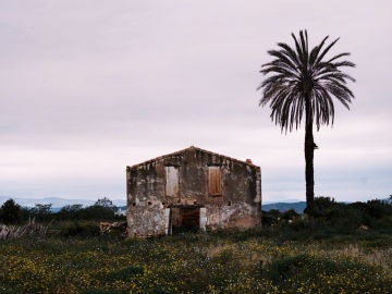 Una casa abandonada en una zona costera de España