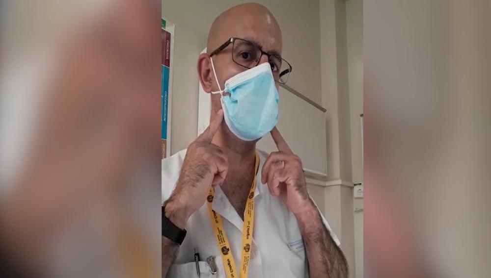 El sanitario muestra cómo debe quedar la mascarilla