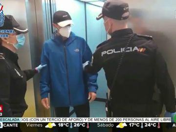 """Se salta el confinamiento para """"visitar a un amigo"""" y la policía le descubre por quedarse atrapado en su ascensor"""