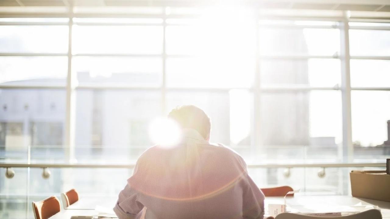 Imagen de archivo de una persona frente a una ventana
