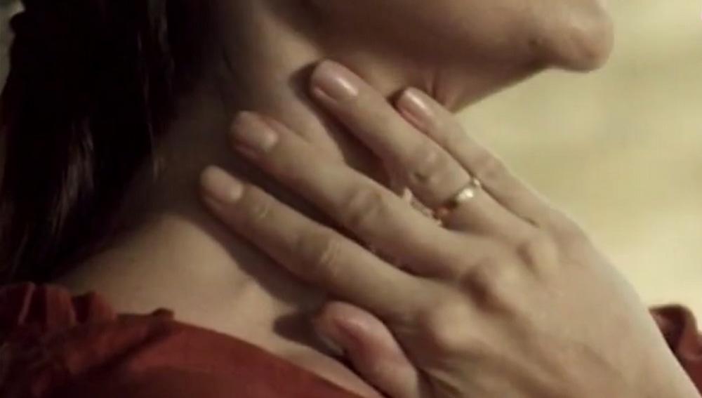 Imagen de una mujer tocándose el cuello