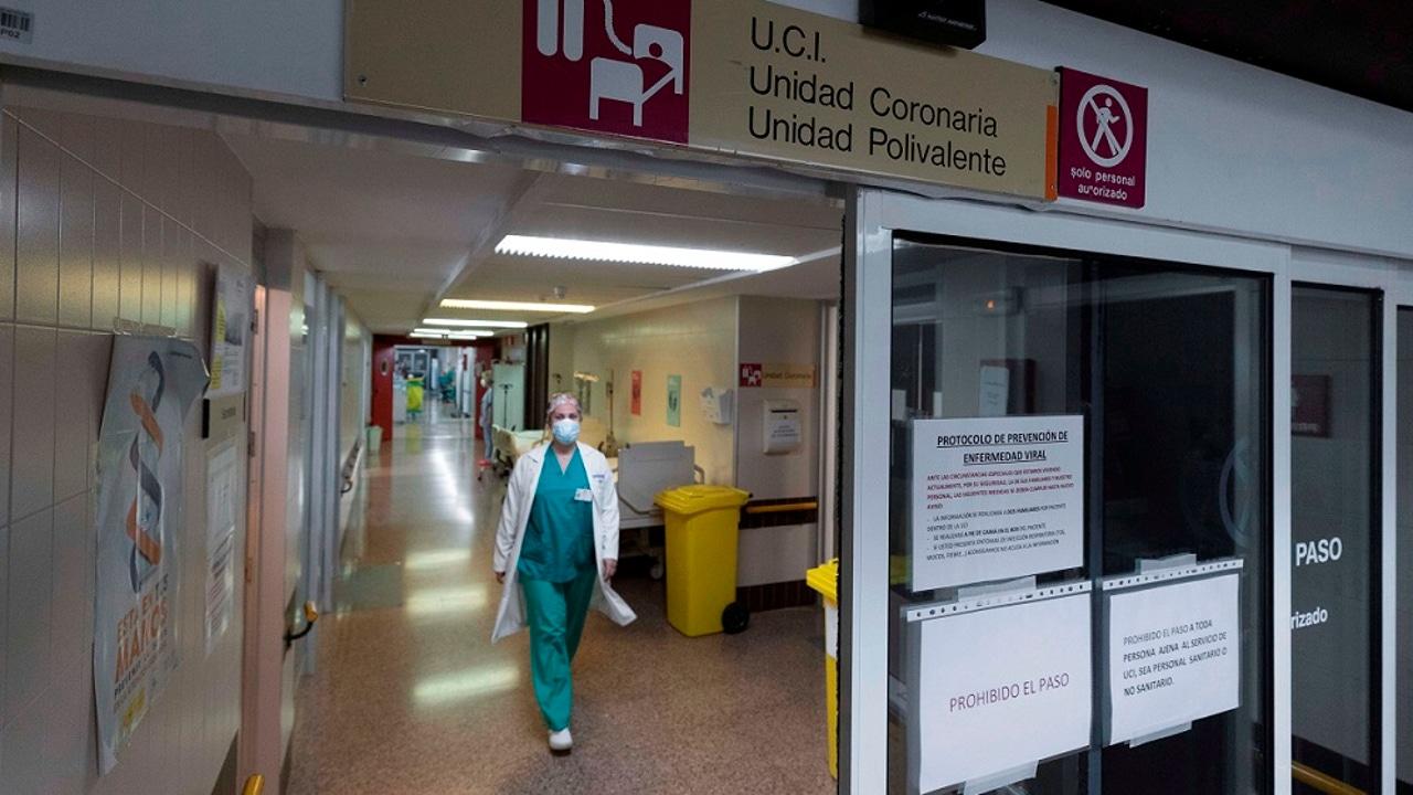 Una enfermera camina por el pasillo de entrada de la UCI del Hospital Morales Meseguer, en Murcia