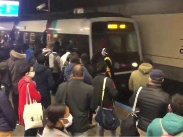 Aglomeraciones en el transporte público francés el primer día de desescalada