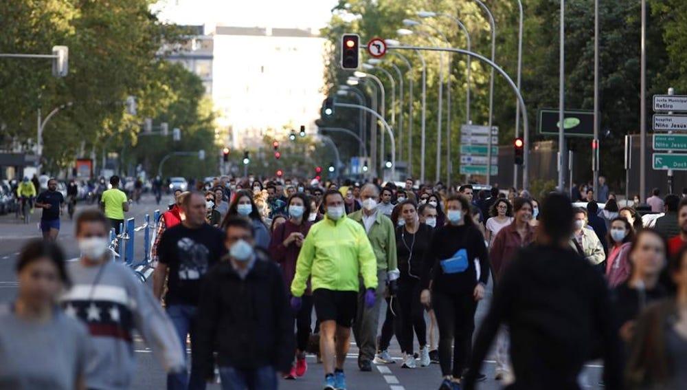 Gente pasea por Madrid con mascarilla
