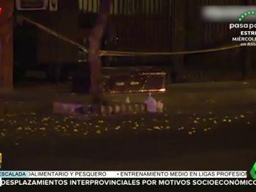 Un coche fúnebre abandona un ataúd con un cadáver dentro en plena calle