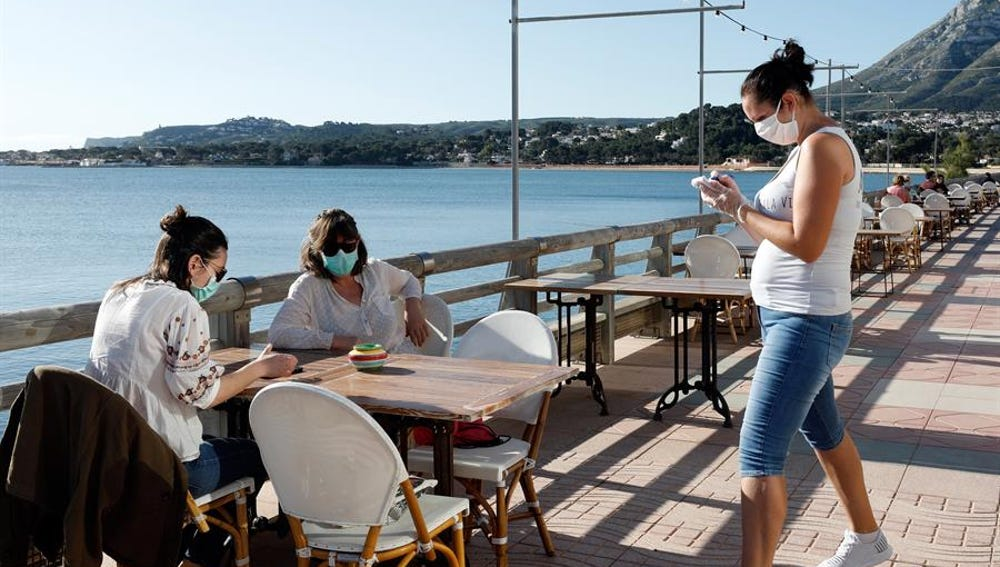 Clientas en una terraza de la localidad alicantina de Denia, que este lunes inicia la fase 1