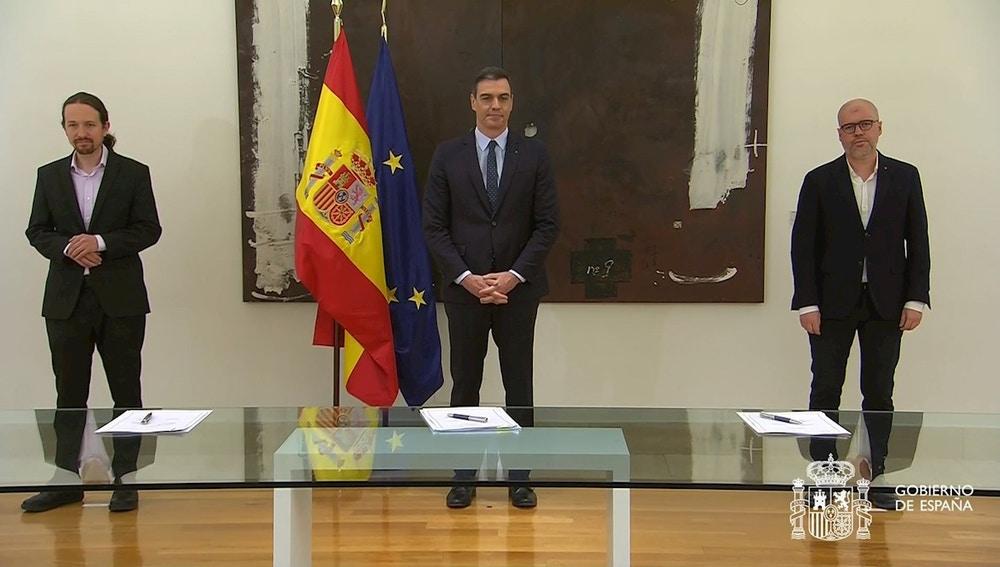Foto de archivo de la firma de uno de los pactos para prorrogar los ERTE