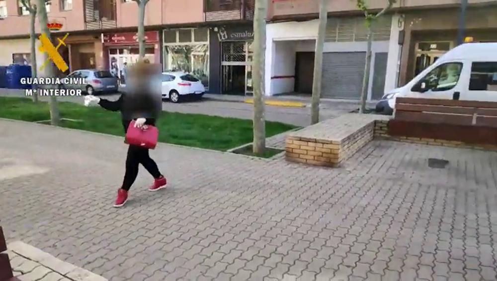 Una mujer con posible COVID-19 se fuga del centro de salud para tomar un café