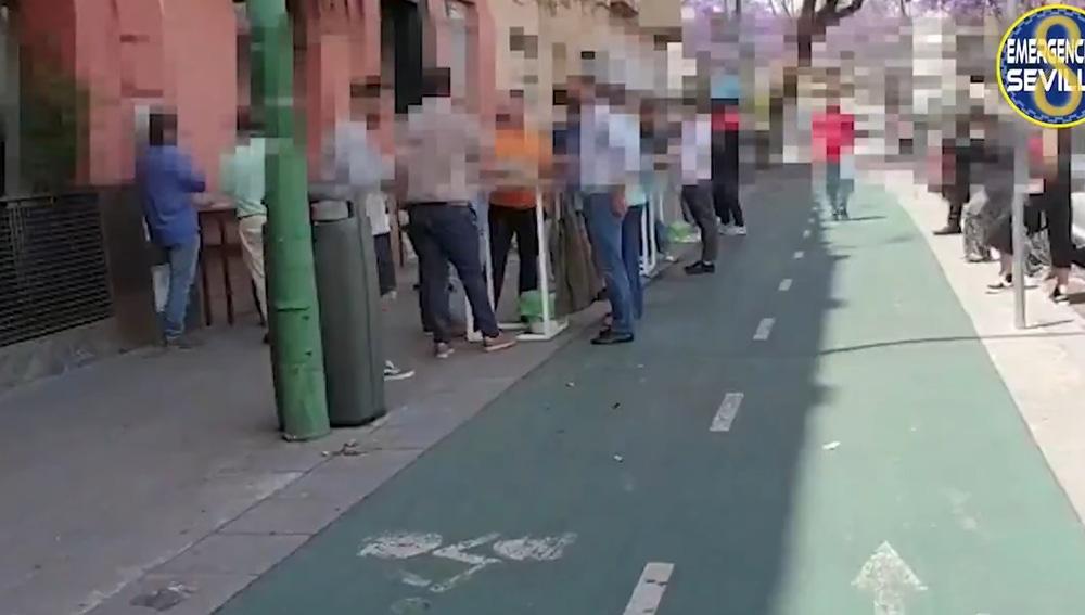 Los clientes en la puerta del bar de Sevilla que ha sido denunciado