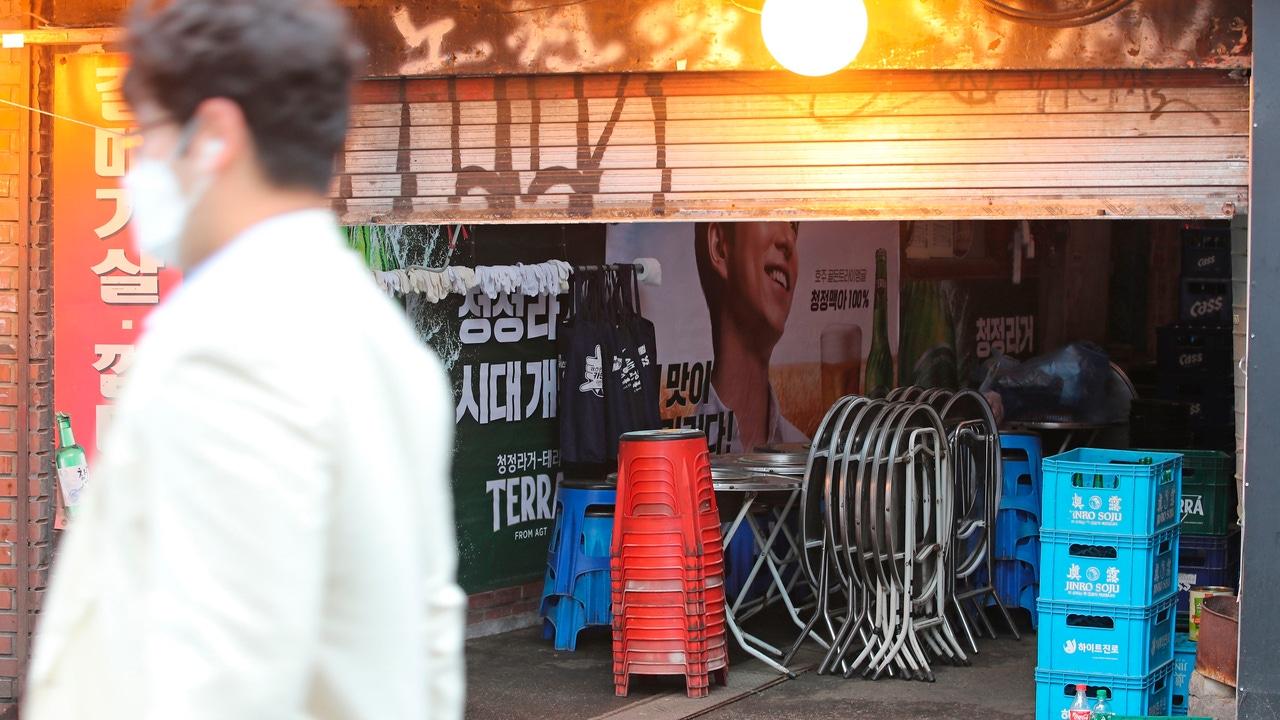 Un hombre pasa por delante de un bar en Sinchon, Seúl, Corea del Sur