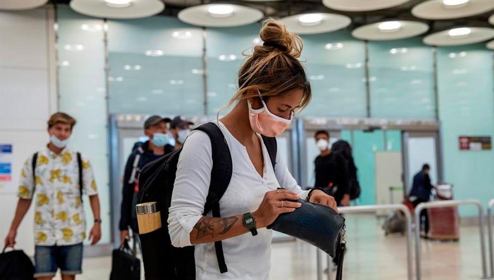 Pasajeros con mascarilla a su llegada al Aeropuerto de Barajas (Archivo)