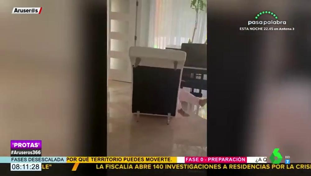 Así son las aparatosas caídas de Rosalía con el monopatín, el nuevo entretenimiento de la artista para pasar la cuarentena