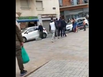 Imagen de la pelea multitudinaria en un barrio de Badalona