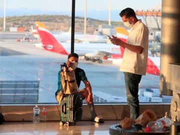 Tutristas en el aeropuerto Adolfo Suárez Madrid Barajas, en Madrid.