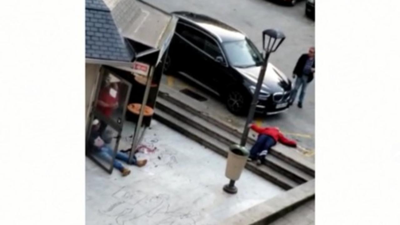 Los dos heridos, en el suelo, tras la agresión