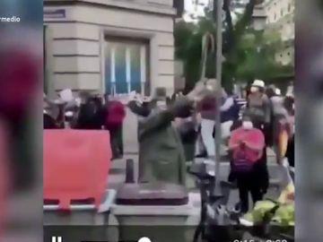 """Así fue el momento más surrealista de la manifestación en el barrio de Salamanca: """"Son unos amantes de la libertad y de saltarse las normas"""""""