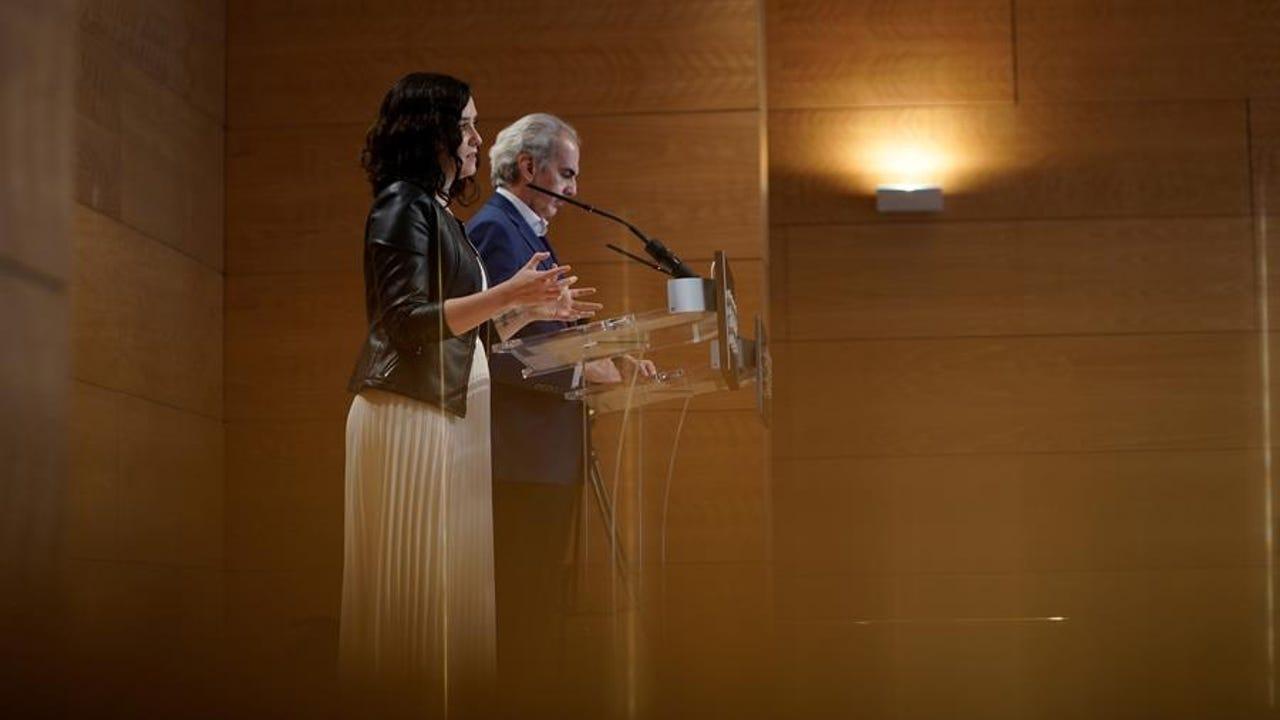 Díaz Ayuso y Enrique Ruiz Escudero comparecen ante los medios.