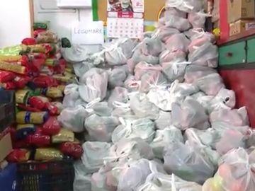 Imagen de bolsas de comida en la Asociación de Vecinos de Aluche